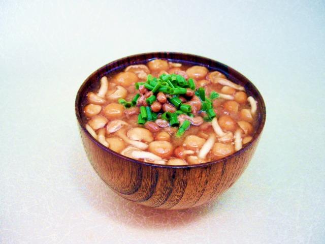 納豆となめこのねばねば味噌汁