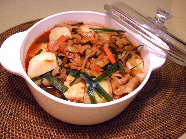 キムチそぼろ納豆と里芋、豚肉のキムチチゲ鍋