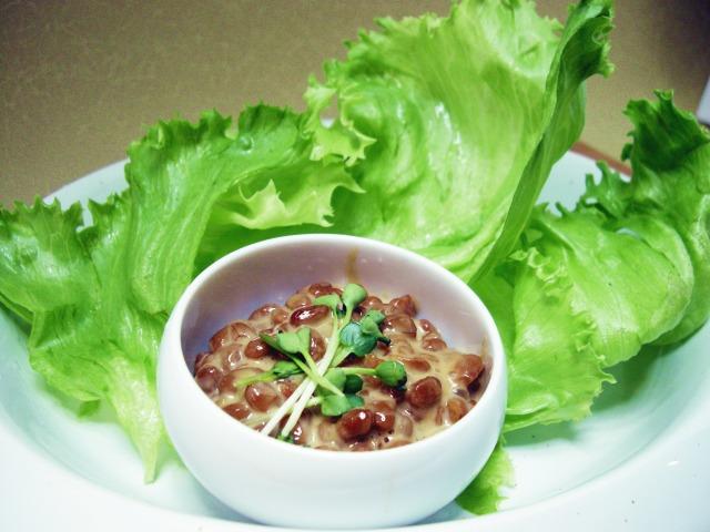 納豆のレタス包みサラダ