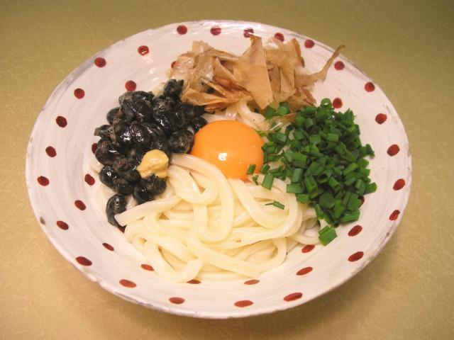 黒豆納豆と青ネギ、卵のっけうどん